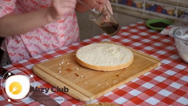 Для приготовления тирамису без яиц со сливками и маскарпоне полейте корж кофе