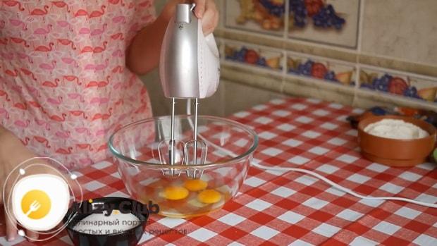 Для приготовления тирамису без яиц со сливками и маскарпоне, взбейте яйца