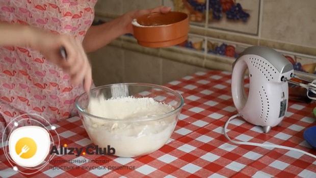 Для приготовления тирамису без яиц со сливками и маскарпоне добавьте все ингредиенты для крема