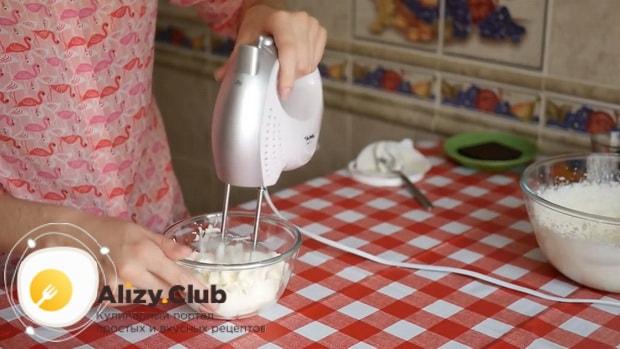 Для приготовления тирамису без яиц со сливками и маскарпоне соедините ингредиенты для крема