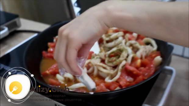 Разрежьте на тонкие кусочки 50 г масла и обваляйте в 3-4 ложках муки