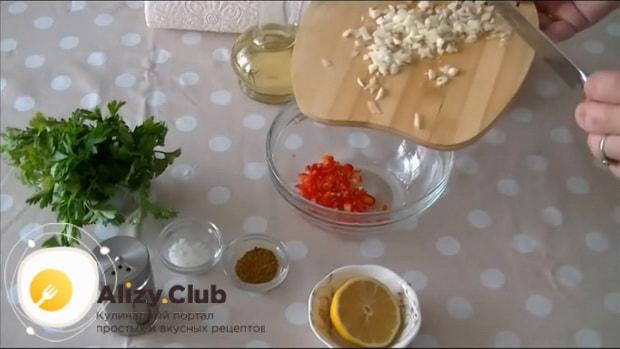 По рецепту для приготовления соуса к мясу в домашних условиях. нарежьте чеснок