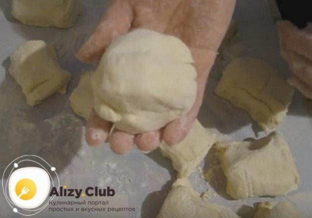 Готовое тесто делим на 12 одинаковых частей, заворачиваем их в пищевую пленку и отправляем в холодильник.