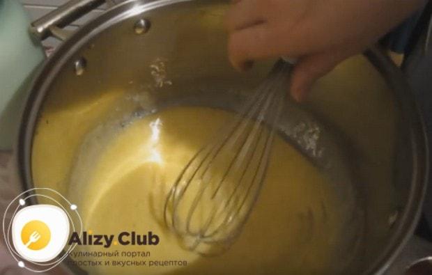 Торт Наполеон по классическому рецепту готовится с заварным кремом.