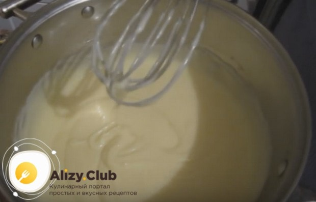 Когда крем загустеет, даем ему остыть, а потом добавляем сливочное масло и перемешиваем.