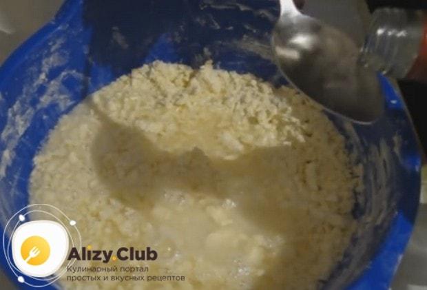 Торт Наполеон по классическому рецепту советского времени готовится на ледяной воде с добавлением водки.