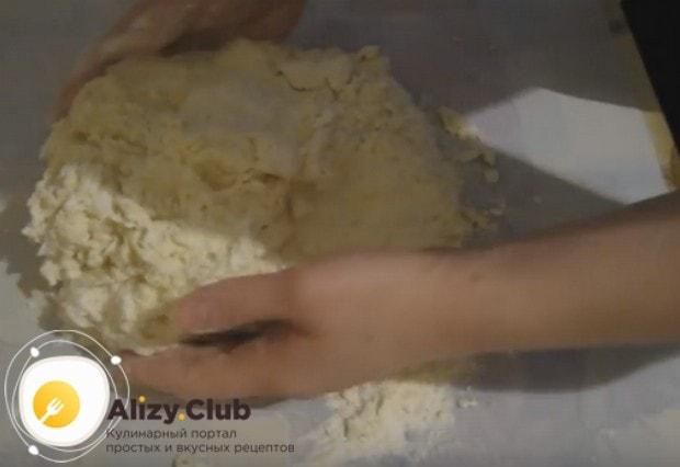 Затем перекладываем тесто на рабочую поверхность и, подсыпая муку, вымешиваем.