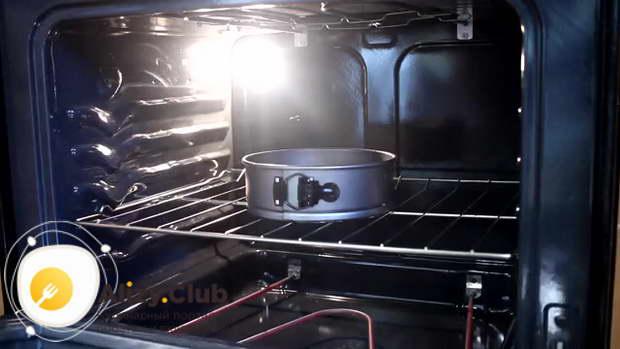 Отправляем форму в духовку, разогретую до 180ºС, на 40 минут