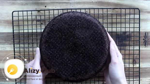 Вынимаем бисквит из формы и укладываем выпуклой стороной вниз на решетку до остывания