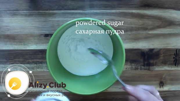 Насыпаем столовую ложку сахарной пудры