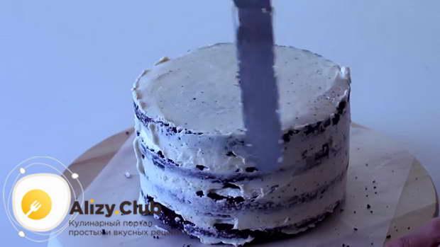 кремом смазываем бока торта, выравнивая их