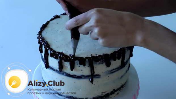 Делаем по краям торта с помощью кондитерского мешка из ганаша шоколадные потеки