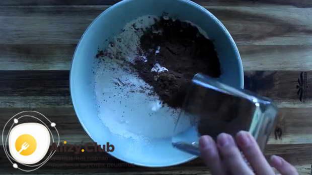 Добавляем 6 столовых ложек какао
