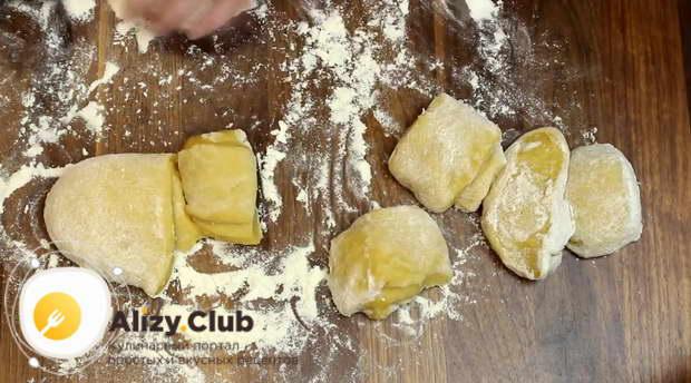 Скатываем тесто в колбаску и делим её на восемь равных частей