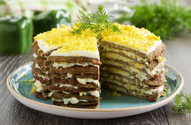 Вкусный печеночный торт из свиной печени приготовленный по простому рецепту готов.