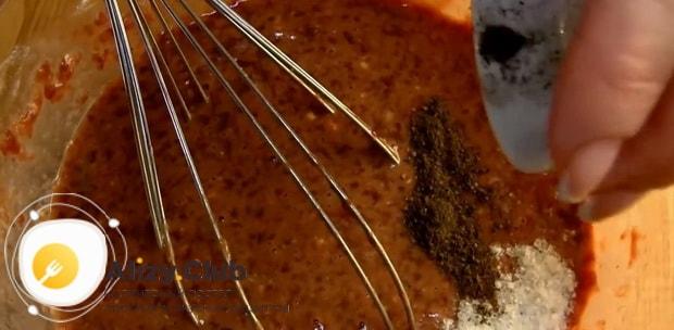 Для приготовления печеночного торт из свиной печени по рецепту, добавьте специи