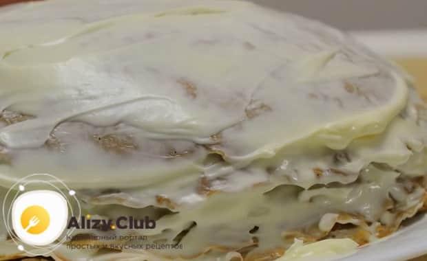 Для приготовления печеночного торт из свиной печени по рецепту, смажьте края торта майонезом