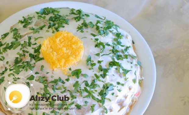 Для приготовления печеночного торт из свиной печени по рецепту, нарежьте зелень и натрите яйцо для украшения.