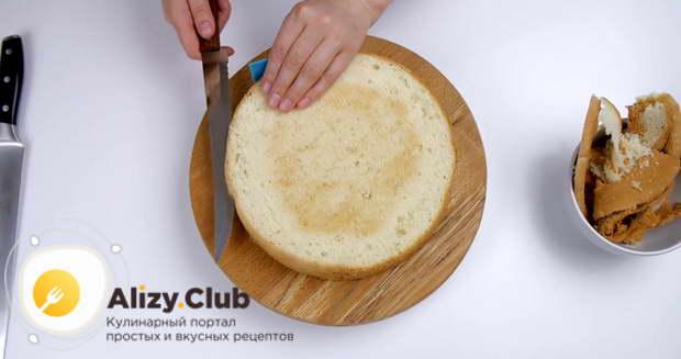У бисквита подравниваем верхушку и аккуратно разрезаем на 2 одинаковых коржа