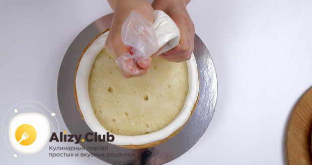 По краю с помощью кондитерского мешка выкладываем валик из крема