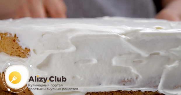 Наносим крем на корж и бока торта