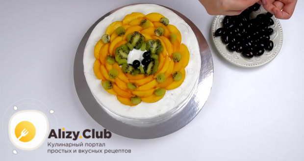 Выкладываем по центру кусочки персиков и киви, виноград