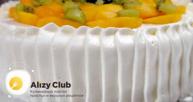 Бока торта и края коржа украшаем кремом