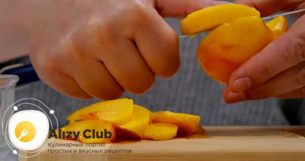 Очищаем от кожицы 600 г персиков