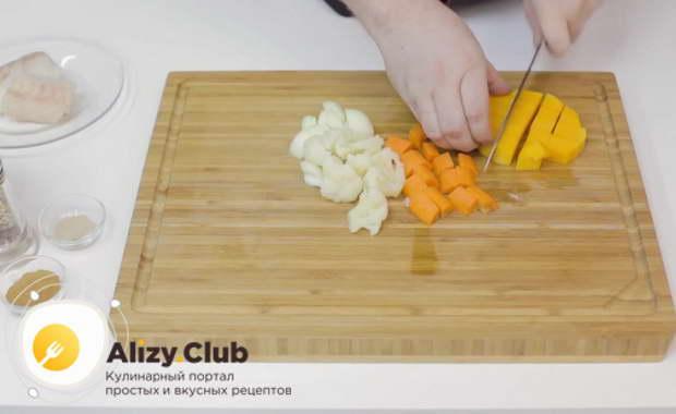 овощи нарезаем средними квадратиками и складываем в одну вместительную емкость