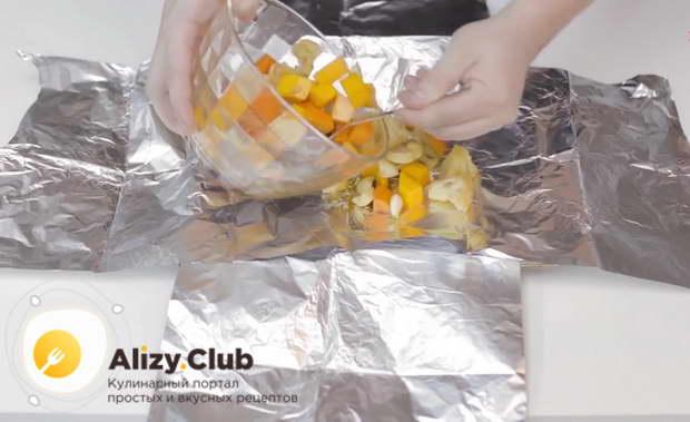 Выкладываем на фольгу замаринованные овощи
