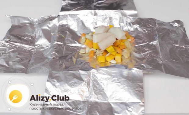 Поверх овощной массы кладем подготовленные кусочки трески