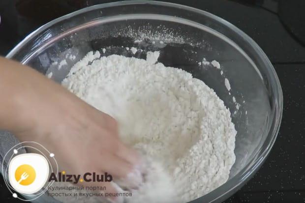 Просеянную муку перемешиваем с солью.
