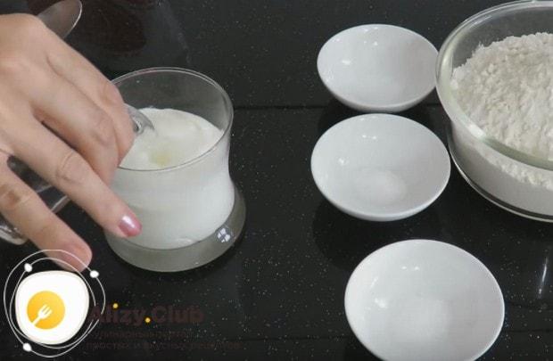 Еще проще можно приготовить тесто для вареников с творогом на кефире.