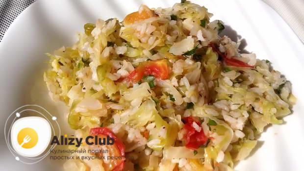 Раскладываем тушеную капусту с рисом по тарелкам и подаем