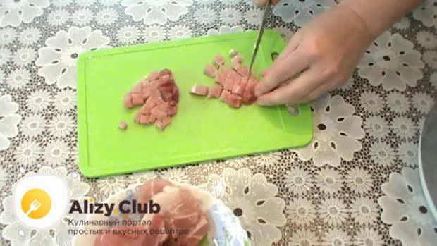 мелко нарежьте 270 г свинины