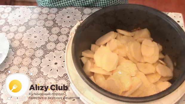 Как только свинина поменяет цвет, добавьте картофель