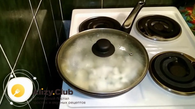 Для приготовления мойвы тушеной с луком на сковороде, подготовьте ингредиенты