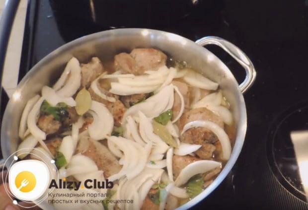 Переливаем получившуюся подливу в кастрюлю с мясом и добавляем воду так, чтобы она покрыла все компоненты.