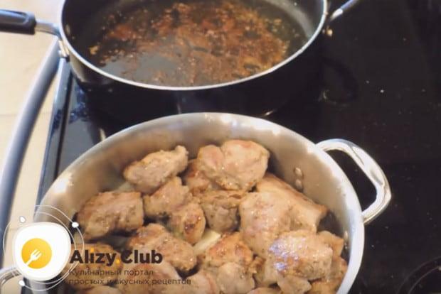 Обжариваем вторую порцию мяса и складываем его тоже в кастрюльку.