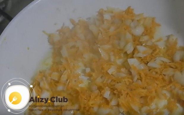 На сковороде пассеруем лук с морковкой.