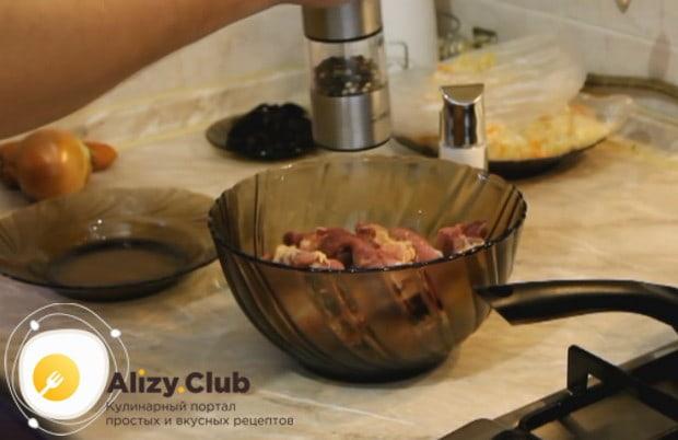 Куски мяса солим и перчим.