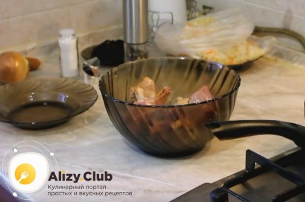 Перемешиваем мясо с солью и перцем и даем ему промариноваться.