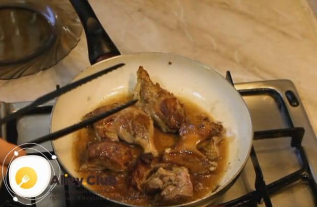 Обжариваем куски утки на оставшемся жире до красивой румяной корочки.