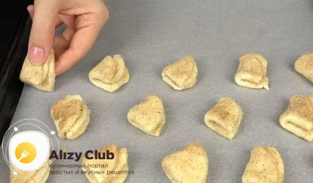 Для приготовления творожного печенья треугольники, присыпьте тесто сахаром с корицей