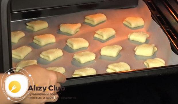 Для приготовления творожного печенья треугольники, разогрейте духовку