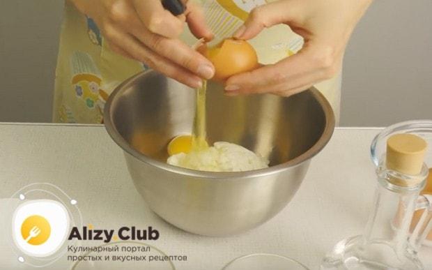 выкладываем в миску творог и добавляем к нему яйца.