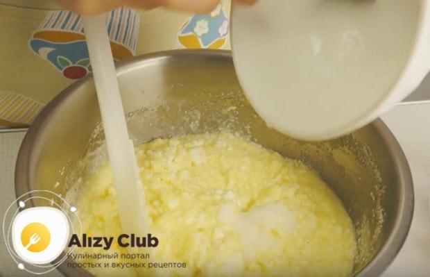 перемешиваем массу и добавляем в нее гашенную соду.