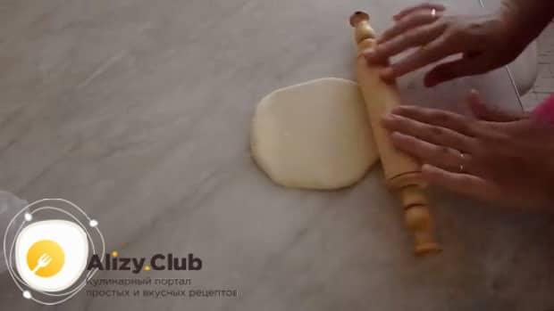 Для приготовления творожный наполеона на сковороде раскатайте тесто