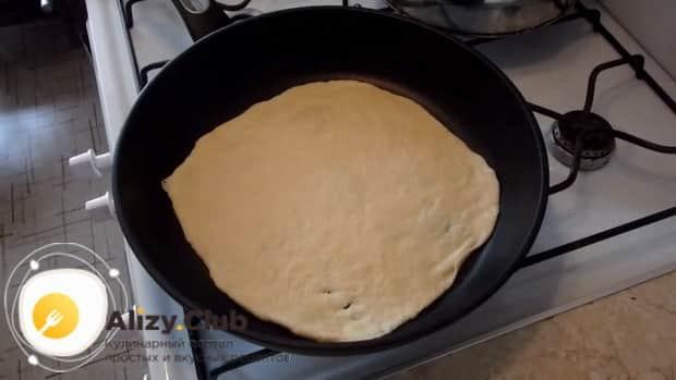 Для приготовления творожный наполеона на сковороде разогрейте сковородку