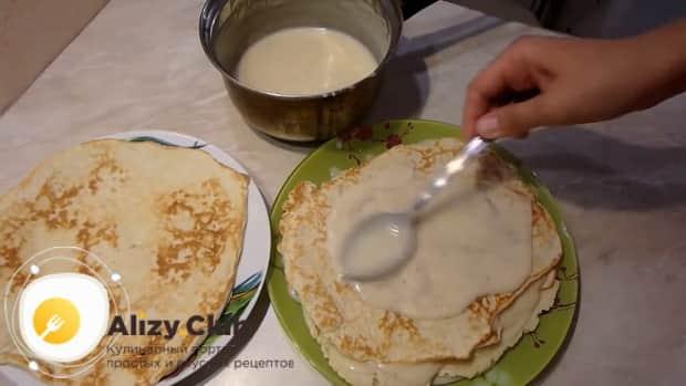 Для приготовления творожный наполеона на сковороде смажьте коржи кремом